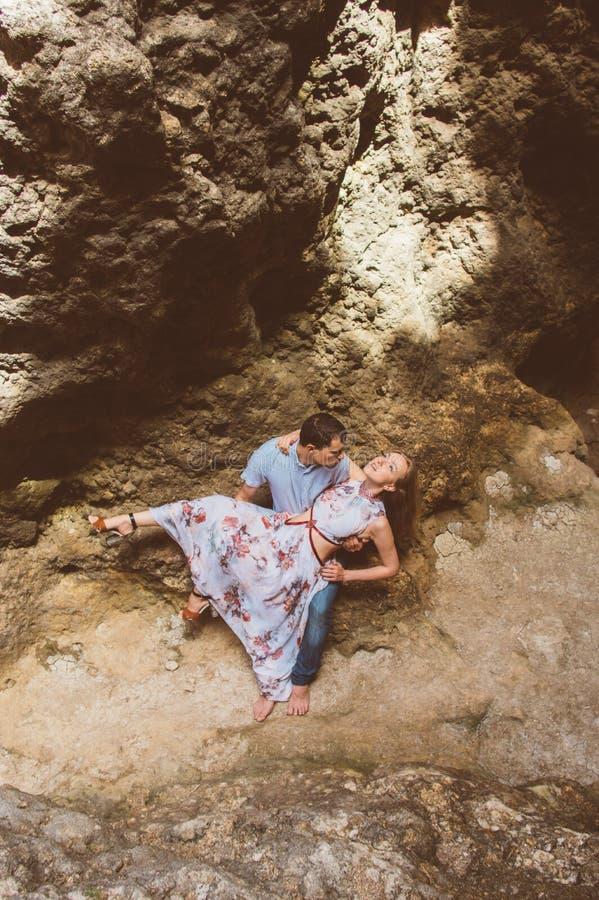 Man en vrouw die in gespleten lopen stock fotografie