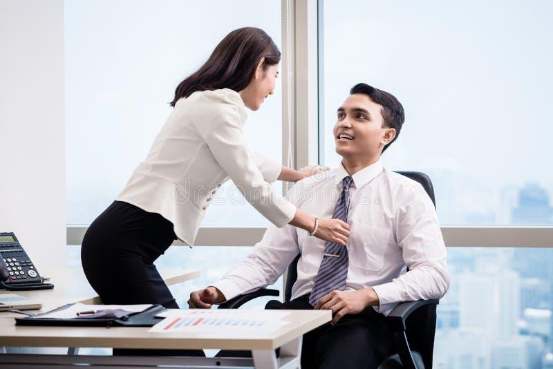 Man en vrouw die in het bureau flirten stock foto