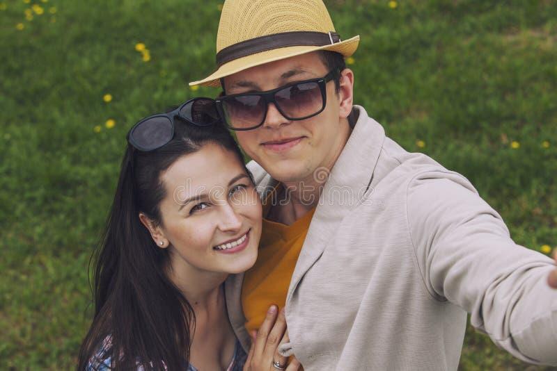 Man en vrouw die hun selfie op de telefoon doen royalty-vrije stock foto's