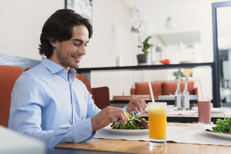 Man en vrouw die lunch hebben bij koffie stock foto