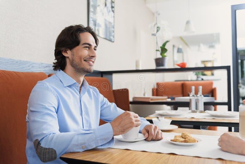 Man en vrouw die lunch hebben bij koffie royalty-vrije stock foto