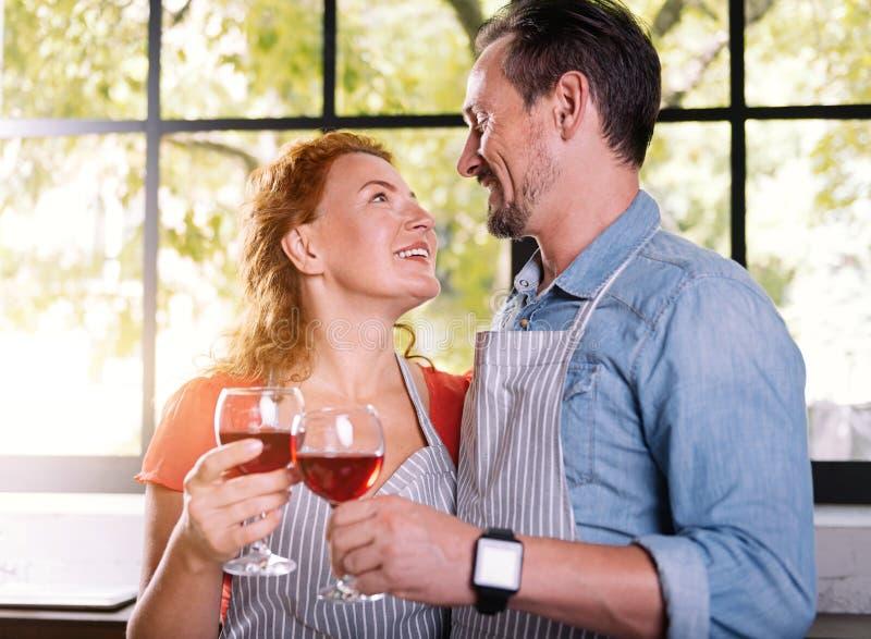 Man en vrouw die in ogen kijken stock fotografie