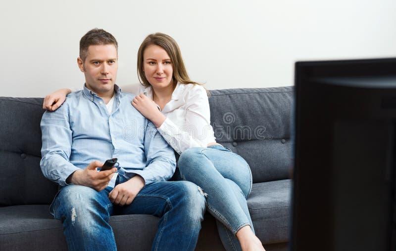 Man en vrouw die op TV letten royalty-vrije stock foto's