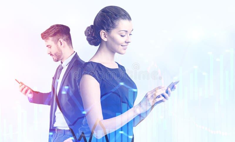 Man en vrouw die telefoons, grafieken met behulp van royalty-vrije stock afbeeldingen