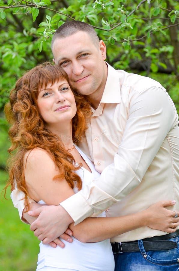 Man en vrouw die zich in een de lentetuin bevinden stock foto