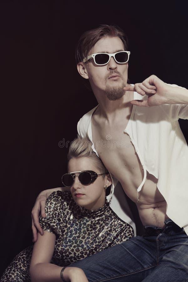 Man en Vrouw die Zonnebril dragen stock afbeelding