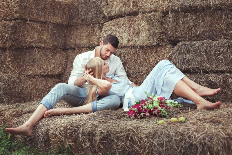 Man en vrouw in hayloft stock foto's