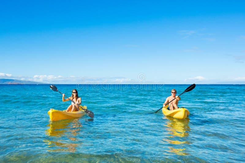 Man en Vrouw Kayaking in de Oceaan stock fotografie