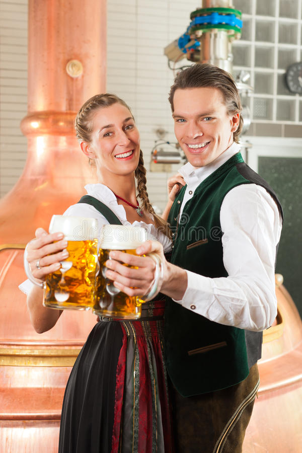 Man en vrouw met bierglas in brouwerij stock fotografie