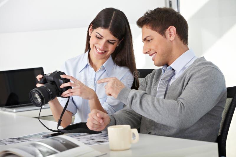 Man en vrouw met camera in bureau royalty-vrije stock fotografie