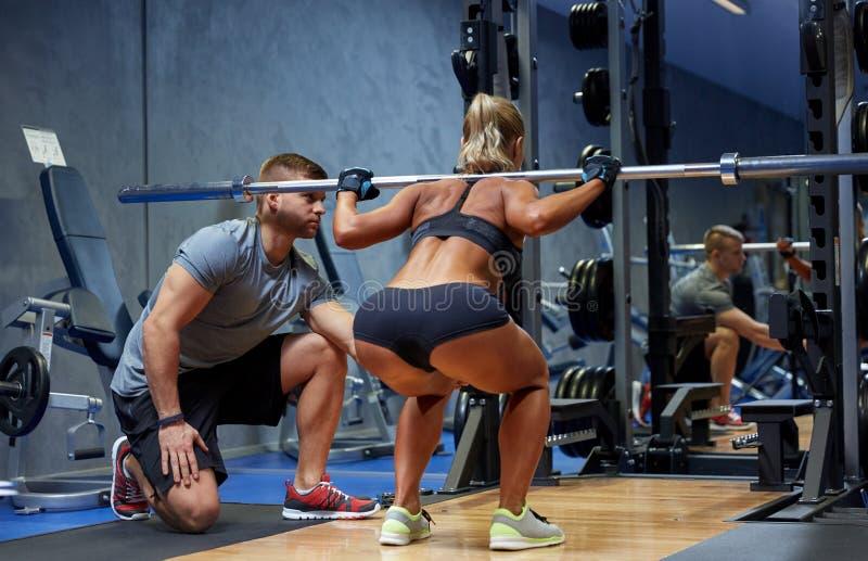Man en vrouw met de spieren van de barverbuiging in gymnastiek royalty-vrije stock afbeelding