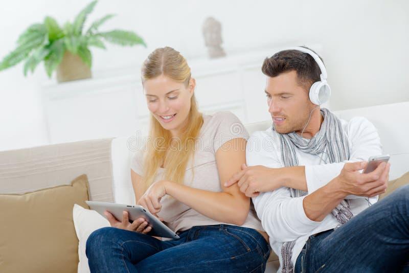 Man en vrouw met gadgets royalty-vrije stock afbeelding