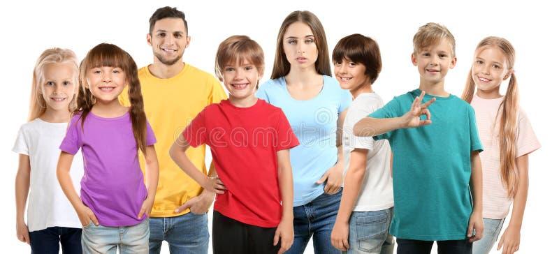 Man en vrouw met kinderen die t-shirts op witte achtergrond dragen royalty-vrije stock fotografie