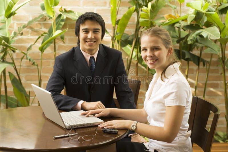 Man en Vrouw met Laptop stock afbeelding
