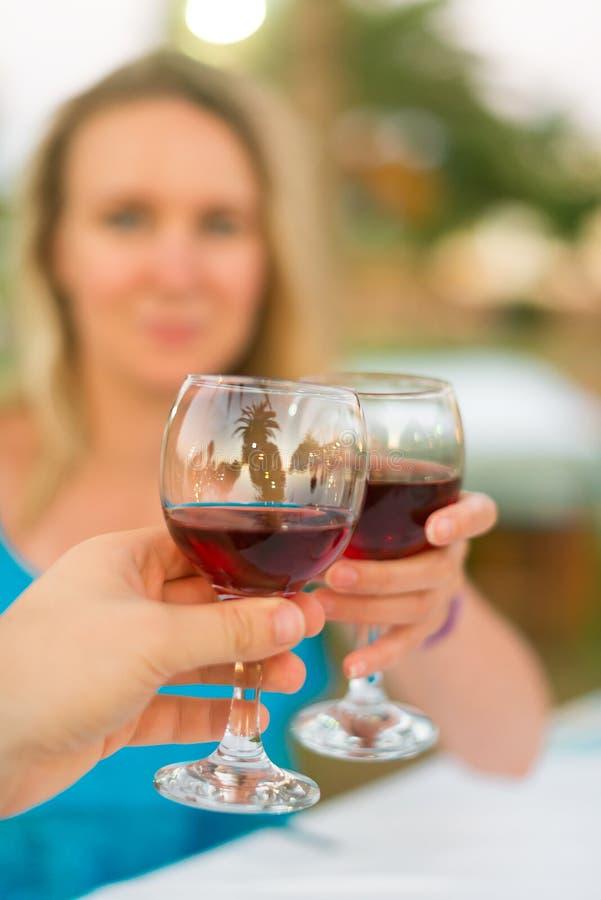 Man en vrouw met rode wijn royalty-vrije stock foto's