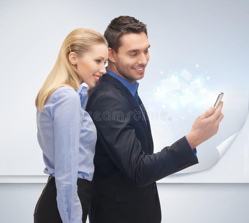Man en vrouw met smartphone royalty-vrije stock fotografie