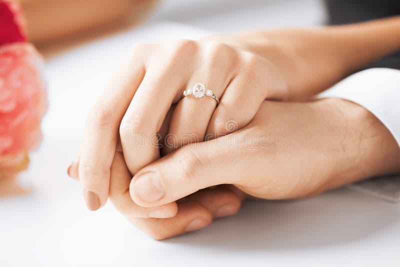 Man en vrouw met trouwring stock fotografie