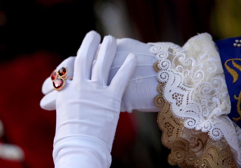 Man en Vrouw met witte handschoenen en de dame met een ring royalty-vrije stock foto's
