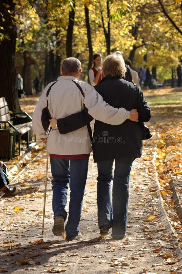 Download Man En Vrouw Ondersteunend Elkaar Stock Foto - Afbeelding bestaande uit autumn, sympathie: 294326