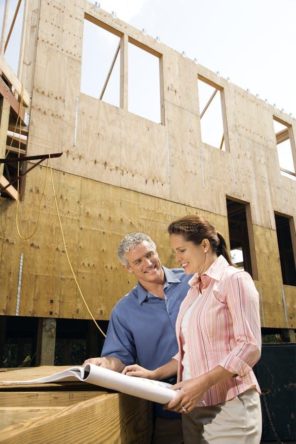 Man en vrouw op bouwwerf. royalty-vrije stock afbeeldingen
