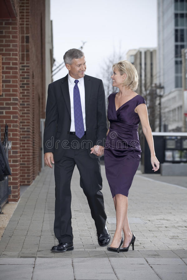 Man en Vrouw op de Straat van de Stad stock fotografie