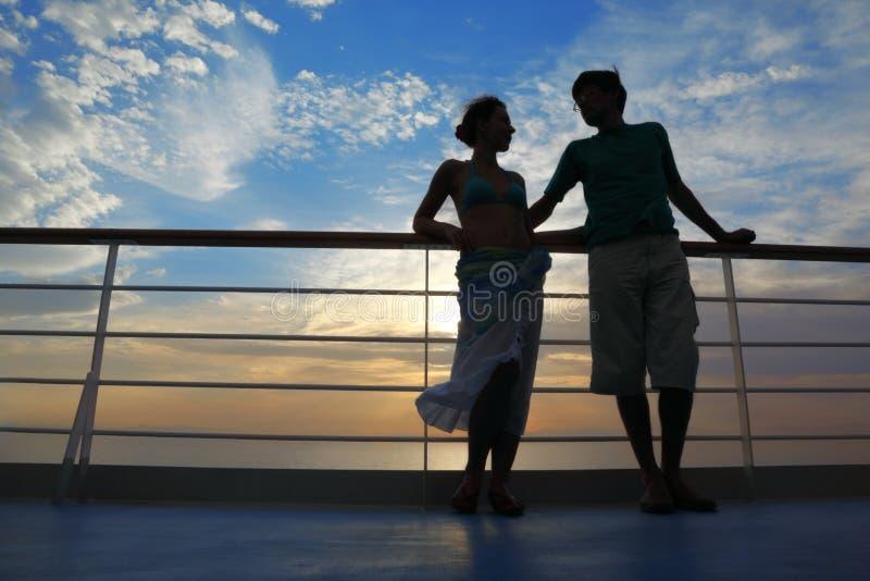 Man en vrouw op dek van cruiseschip.