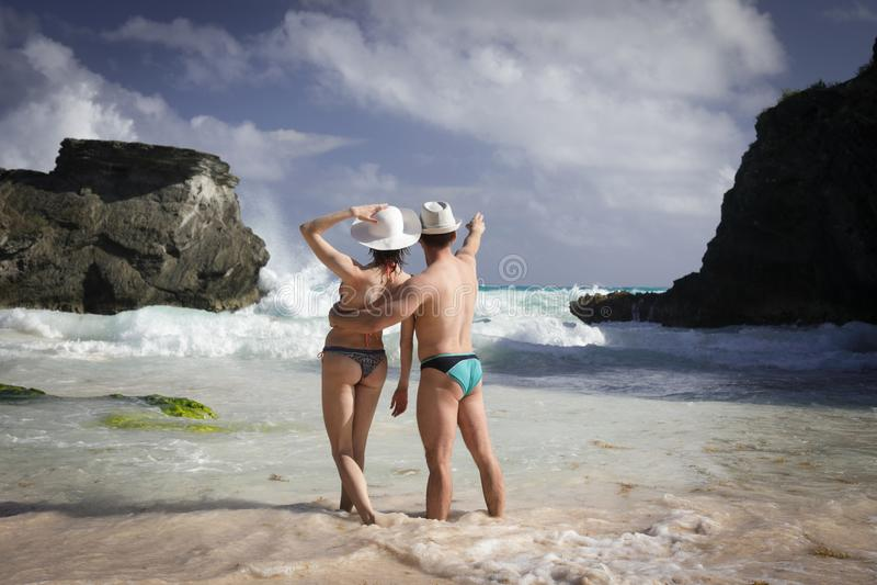 Man en vrouw op het strand stock afbeelding