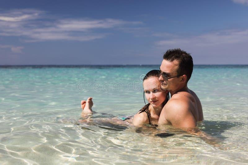 Man en vrouw op het strand stock fotografie