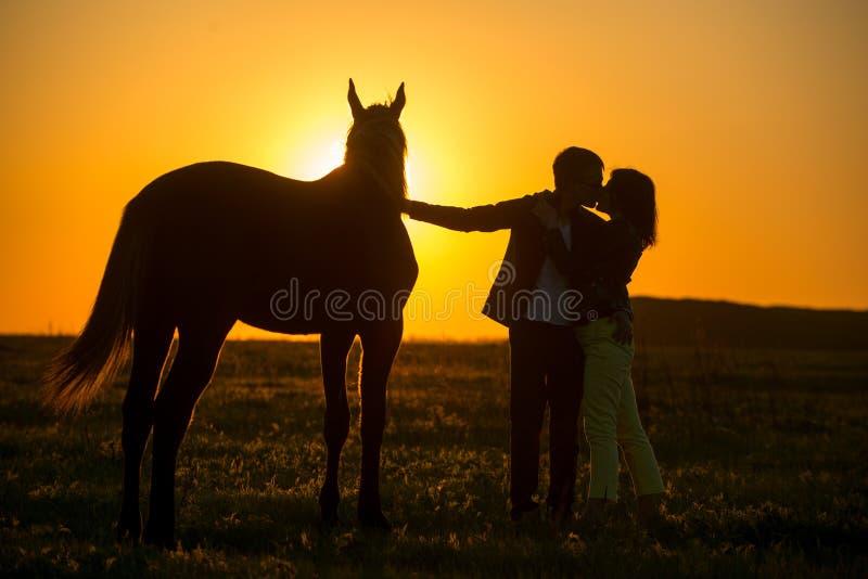 Man en vrouw in paard royalty-vrije stock afbeeldingen