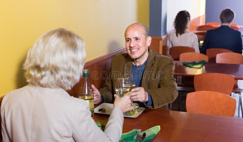 Man en vrouw in restaurant stock fotografie