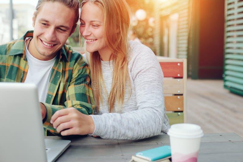 Man en vrouw in straatkoffie die koffierem, vrolijke en het glimlachen paar hebben stock foto