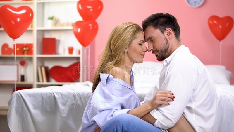 Man en vrouw wat betreft voorhoofden, hartstochtelijke paar het besteden tijd samen stock foto's
