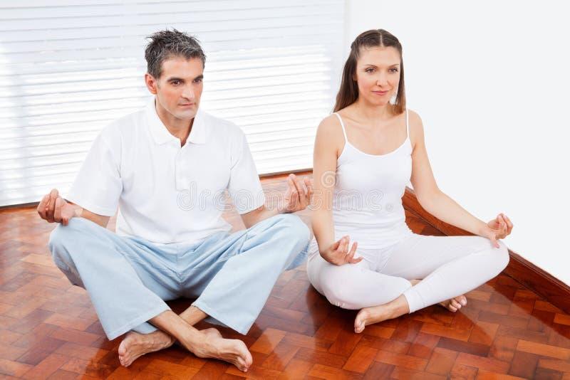 Man en vrouw in yogaklasse stock foto's