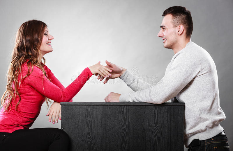 Man en vrouwen eerste datum Handdrukgroet royalty-vrije stock foto