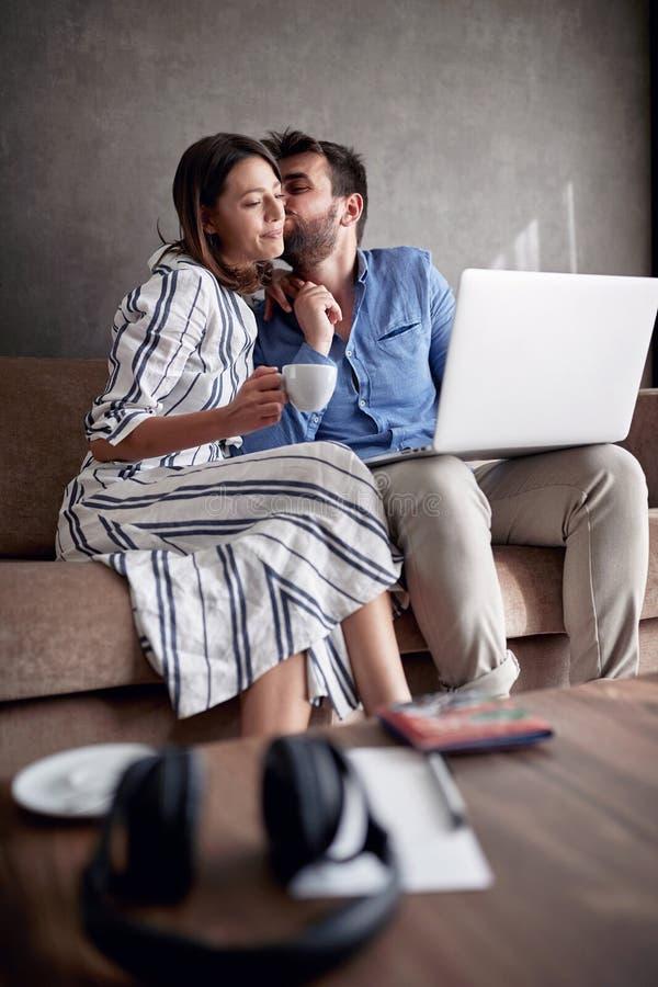 Man en vrouwen het besteden tijd die thuis, op bed met laptop zitten royalty-vrije stock fotografie