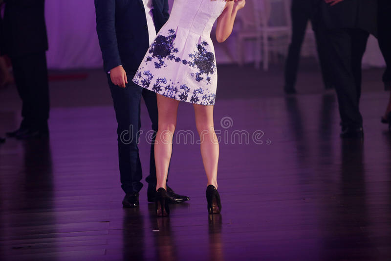 Man en vrouwen het dansen stock afbeelding