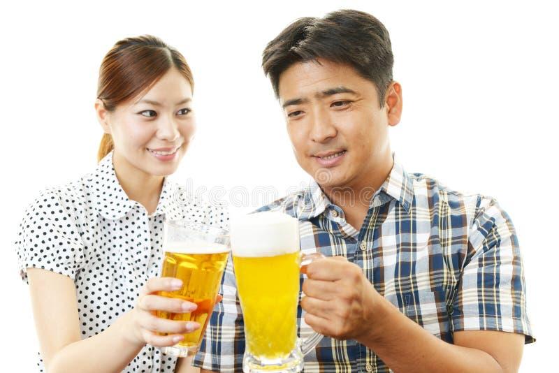 Man en vrouwen het drinken bier royalty-vrije stock fotografie