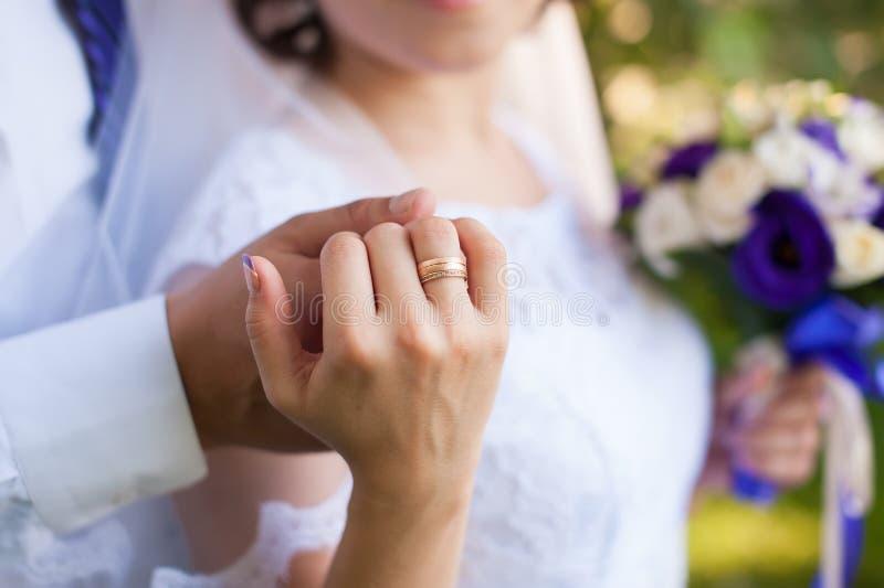 Man en vrouwen koesteren, die handen met ring houden stock foto