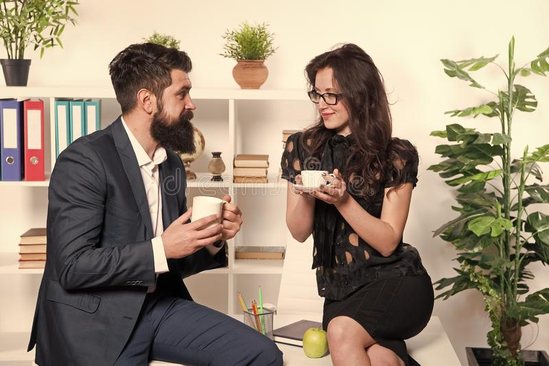 Man en vrouwen prettig gesprek tijdens koffiepauze Het bespreken van bureaugeruchten Vraag om aanbevelingen De tijd van de koffie royalty-vrije stock afbeeldingen