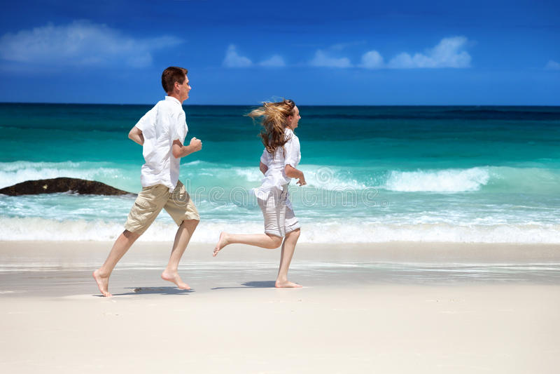 Man en vrouwen romantisch paar op strand stock afbeeldingen