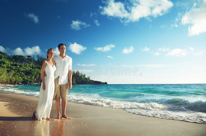 Man en vrouwen romantisch paar op strand royalty-vrije stock foto's