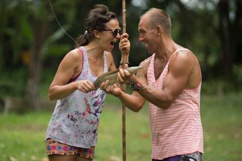 Man en vrouwen visserijkatvis royalty-vrije stock afbeelding