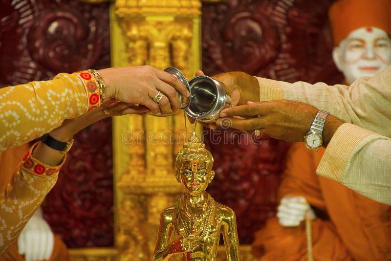 Man en vrouwen worshiping god BAPS Swaminarayan mandir, Katraj royalty-vrije stock foto's