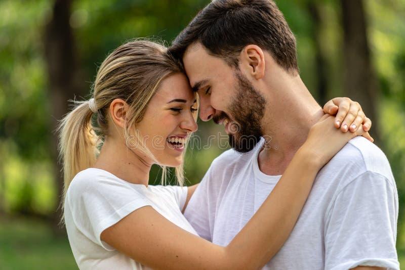 Man en Vrouwenminnaar die in openbaar park samenhouden stock afbeeldingen