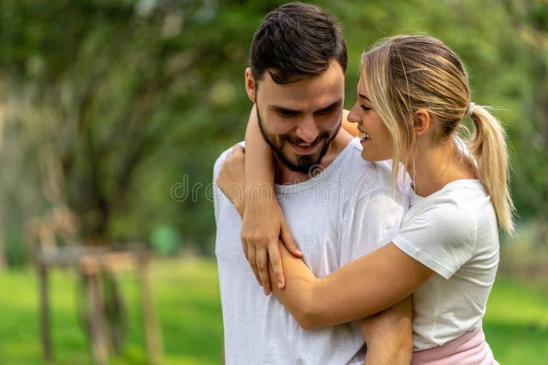 Man en Vrouwenminnaar die in openbaar park samenhouden royalty-vrije stock afbeelding