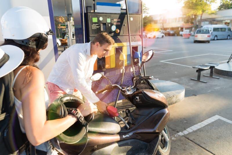 Man en Vrouwenmotorrijdersmotorfiets op de Fiets van Pertol van het Postpaar stock foto