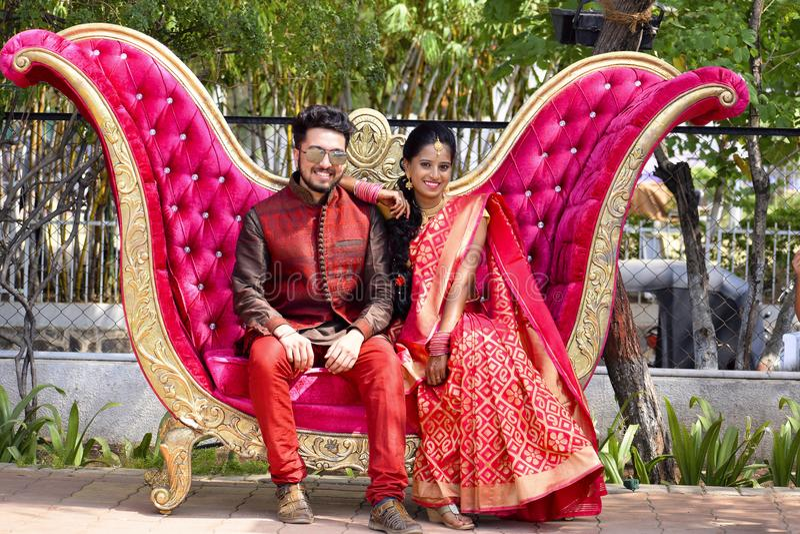 Man en vrouwenpaar die camerazitting bekijken op bank, Pune royalty-vrije stock foto's