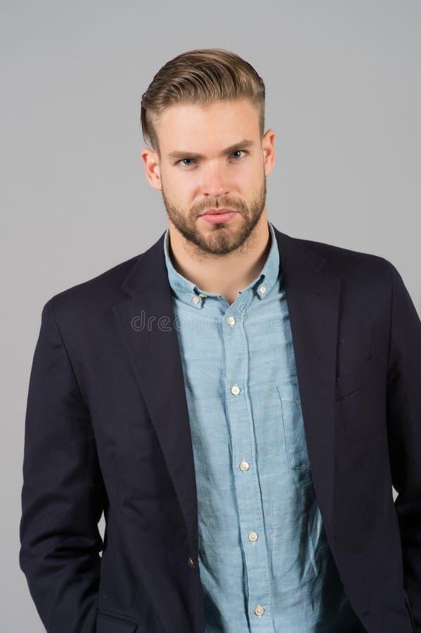 Man entreprenören som uppsökas med perfekt frisyrgrå färgbakgrund Enkla hackor gör frisyren bättre Använd den högra produkten royaltyfri foto