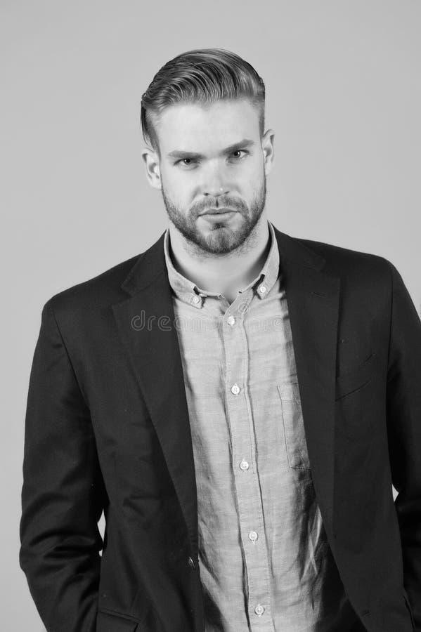 Man entreprenören som uppsökas med perfekt frisyrgrå färgbakgrund Enkla hackor gör frisyren bättre Använd den högra produkten arkivbilder