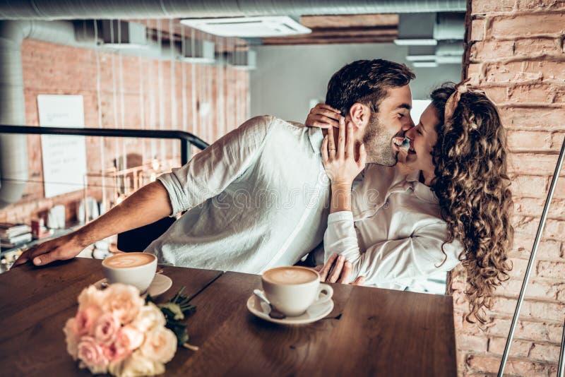 man för begreppskyssförälskelse till kvinnan royaltyfria foton